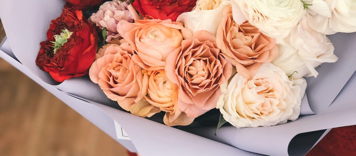 red-peach-and-white-roses-bouquet-931159